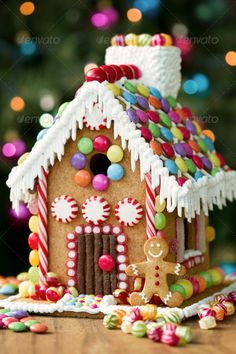 Gingerbread House Ideas - gingerbread house decorating ideas, links to house templates and gingerbread recipe. Making gingerbread houses is one of our favorite Christmas traditions!Build gingerbread houses - 25 Christmas Eve Traditions to Start with Homemade Gingerbread House, Gingerbread House Template, Gingerbread House Designs, Gingerbread House Parties, Christmas Gingerbread House, Noel Christmas, Christmas Treats, Christmas Baking, Christmas Cookies