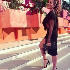 #lookdodia 😉 #vesterio #Vogue #cadernoella  #Repost @guguribeiroo ・・・ @re_dominguez for @veste.rio  Rê usa brincos @usemeeme | anéis @laramader_joias | blusa @fabianamilazzo | strapp @lauranovaeslingerie | saia @animalebrasil | sandália @schutzoficial  Tks @zanyassessoria @wiledsilveira • •  #redominguez #actress #solnascente #redeglobo #concept #sirlene #estilo #elegância #color #vesterio #diva #power #poder #beautiful #linda  #newstyle #moda #vogue #elle #job #loveit #style #styling…