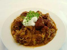 Bigos ein polnischer Sauerkraut-Eintopf mit Fleisch und Wurst.Bestehen aus zwei Krautsorten.Mit Sauerkraut,Weißkohl und Fleisch ein leckeres Gericht kochen