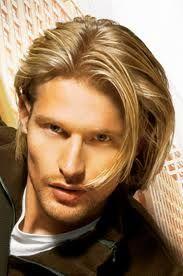 El pelo largo en los hombres siempre esta de moda.