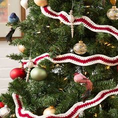 Holiday Ripple Garland - free crochet pattern by Jessie Rayot / Redheart. Crochet Christmas Garland, Crochet Garland, Christmas Crochet Patterns, Holiday Crochet, Christmas Projects, Christmas Ideas, Holiday Ideas, Free Crochet, Holiday Decor