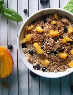 Crumble bez glutenu z jagodami  i brzoskwinią