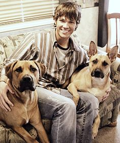 Jpad Picspams ↪ Behind-the-Scenes Supernatural. Jared Padalecki Supernatural, Jensen Ackles Jared Padalecki, Jared And Jensen, Supernatural Fans, Supernatural Seasons, Supernatural Background, Dean Winchester, Mark Sheppard, Angels