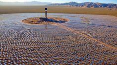 '200 kilomètres au sud de Marrakech, aux limites du désert du Sahara, ont commencé les travaux pour construire le complexe solaire de Ouarzazate. Le projet, le premier de ce genre au Maroc, compte installer une capacité de plus de 2.000 MW avant 2019, tenant à devenir la plus grande centrale solaire à concentration du monde.'