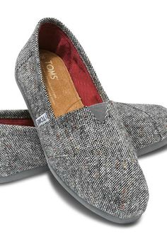 Silver fleck speckled throughout the tweed upper gives you a subtle sparkle for the season. A corduroy liner keeps that sparkle warm.