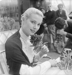 Grace Kelly besuchte die Filmfestspiele in 1955. Es war während dieser Reise nach Cannes, dass sie Prinz Rainier III von Monaco erfüllt; sie im Dezember des gleichen Jahres beschäftigt waren, und sie wurde offiziell Princess Grace im April 1956.