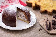 Lo zuccotto di pandoro è un dolce semplice e bello da vedere, con una delicata crema di ricotta all'arancia e un'invitante ricopertura di cioccolato.