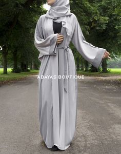 A contrasting two-tone grey colour kimono sleeve style abaya. Made with a matching two-tone grey belt and chiffon hijab.