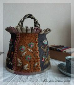 such a neat idea Patchwork Bags, Quilted Bag, Embroidery Applique, Embroidery Stitches, Wool Art, Embroidered Bag, Fabric Bags, Wool Applique, Handmade Bags