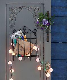 """Luzinhas coloridas e bolinhas de pingue-pongue brancas rendem esse fio luminoso exclusivo. Para encaixar os leds, use uma faquinha pontuda para fazer um """"x"""" nas bolas. Porta Ideia Única"""