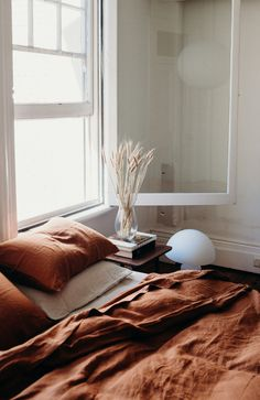 Schlafzimmer, Bettwäsche in einem schönen Kupferton