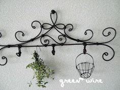 Crochet triple: fil vert + Wire Crafts, Metal Crafts, Fun Crafts, Quilt Hangers, Craft Room Storage, Storage Ideas, Iron Wire, Wire Hangers, Handmade Wire