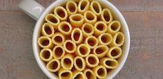 Lorsque vos invités verront la présentation cinq étoiles de ces mugs de pâtes cuites au four italiennes, elles se demanderont comment vous l'avez fait - personne ne vous croirait que vous avez fait ces