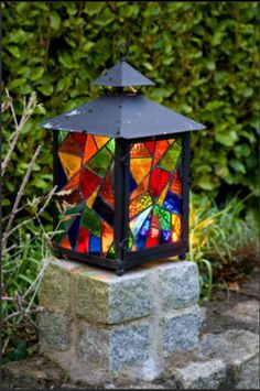 lantern with stained glass Stained Glass Light, Stained Glass Designs, Stained Glass Projects, Mosaic Designs, Stained Glass Windows, Fused Glass, Lantern Crafts, Garden Lanterns, Patio Lighting
