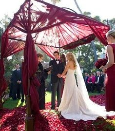 Cool 90+ Glamorous Burgundy Wedding https://weddmagz.com/90-glamorous-burgundy-wedding/
