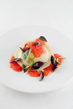 Ravioli de langues de canard ༻♡༻ ღ☀☀ღ‿ ❀♥♥ 。\|/ 。☆ ♥♥ Wine Recipes, Gourmet Recipes, Healthy Recipes, Chefs, Pasta, Ravioli, Michelin Star Food, Tortellini, Food Plating