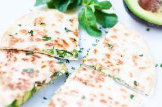 Quesadilla's met humus, avocado en munt