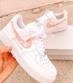 Cute Nike Shoes, Nike Air Shoes, Jordan Shoes Girls, Girls Shoes, Souliers Nike, Sneakers Fashion, Shoes Sneakers, Aesthetic Shoes, Aesthetic Grunge
