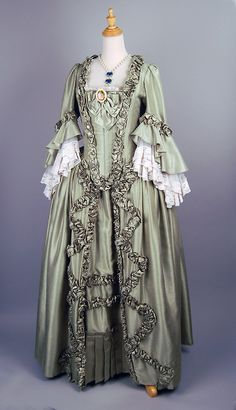 Pale green Baroque dress with Rococo brooch and pearl necklace 18th Century Dress, 18th Century Costume, 18th Century Clothing, 18th Century Fashion, Vintage Outfits, Vintage Gowns, Vintage Fashion, Victorian Outfits, Vintage Couture