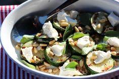 Grillet squashsalat med feta | TRINES MATBLOGG Zucchini Salad, Feta, Frisk, Cucumber, Mozzarella, Squash, Bbq, Food And Drink, Dairy