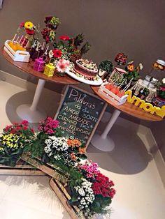 Festa rústica, meu open house, festa simples, chá de cozinha, chá bar, decoração com flores,decoração com lousa , decoração com frutas, decoração com caixotes, decorações de festa, estilo rústico, naked cake, bolo naked, mês de bolo, suqueira