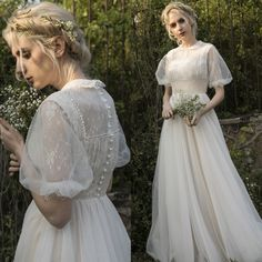 Retro glam looks of the past are back in a big way-and not just on runway supermodels. Unusual Wedding Dresses, Modest Wedding Gowns, Cheap Wedding Dress, Vintage Stil, Vintage Mode, Mom Dress, Lace Dress, Custom Dresses, Vintage Dresses