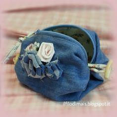 Come fare una pochette riciclando i vecchi jeans. Di una forma assolutamente originale e con roselline in tessuto.