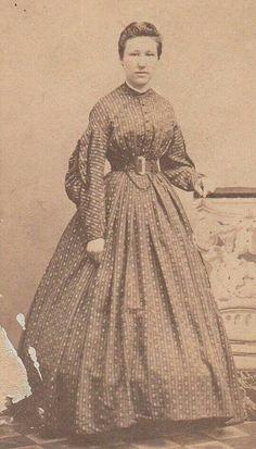 print dress 1860s, wearing hoop, line of hoop showing -- not wearing an over petticoat?
