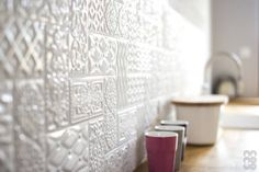 Skandinavische Fliesen für die Küchenwand von NA NO WO ARCHITEKCI. Mehr Wandgestaltungs-Inspirationen gibt es im Artikel zu sehen.