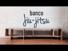 O banco Jiu-jitsu foi idealizado para armazenar as mochilas e os pertences dos alunos de lutas da academia Combat Club – São Paulo, que fica na Barra Funda. Além do espaço para mochilas e afi…