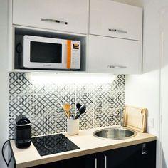 La cuisine parfaitement équipée du studio-duplex de 19m2