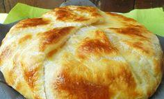 envolver el queso en una hoja de hojaldre forrandolo bien para que no se salga el queso al fundirse  meterl o en el horno previamente caliente a 180 grados  pintarlo con el huevo antes de meterlo unos 30 minutos 180 gr
