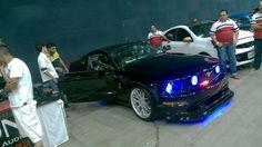 Mustang negro con luz como el auto increíble
