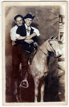 The Vintage Life Vintage Couples, Vintage Boys, Old Photographs, Old Photos, Vintage Pictures, Vintage Images, Lgbt History, Misfit Toys, Forgetting The Past
