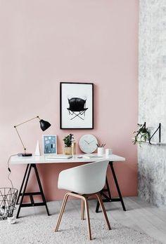 Amor de escritório- Rosinha com chão de madeira clara e parede tipo mármore