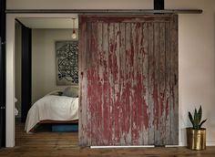 Une porte coulissante en bois teinté – A sliding door in stained wood