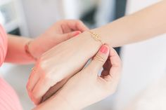 Getting Ready, Brautjungfer, goldenes Armband, Hand, Foto: Violeta Pelivan, Brautstyling: les allures,Hochzeit Gut Hohenholz