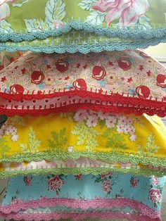Crocheted edge pillows... Ahhh love! Tutorial can be found at http://yougogirl.typepad.com/you_go_girl/2010/03/lets-get-ready-to-rumble.html