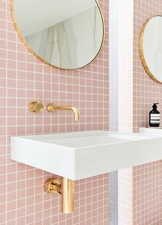 Pink tiles, not a color choice you see often. Would you add pink tiles to your bathroom? Bad Inspiration, Interior Design Inspiration, Bathroom Inspiration, Decor Interior Design, Interior Decorating, Design Ideas, Gold Interior, Bohemian Interior, Diy Decorating