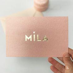 geboortekaartje-meisje-perzik-oud-vintage-roze-ontwerp-op-maat-goud-foliedruk-stoer-minimalistisch-mila-hartje-op-i2 Business Logo, Business Card Design, Business Cards, Branding Design, Logo Design, Graphic Design, Stationery Design, Flyer, Jewelry Packaging