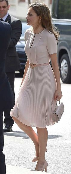 Queen Letizia attends the annual meeting with the Royal Spanish Academy with a soft and romantic look thanks to a new Hugo Boss dress, 225 euros. Office Fashion, Work Fashion, Modest Fashion, Fashion Dresses, Indie Fashion, Skirt Fashion, Womens Fashion Outfits, Classy Fashion, Fashion Clothes