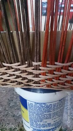 Здравствуйте дорогие жители любимой страны. Сплела я свой второй пузатик и опять таки с учетом ошибок и трудностей с которыми столкнулась при плетении первого.  фото 8 Weaving Techniques, Basket Weaving, Incense, Paper, Tableware, Diy, Baskets, Throw Pillows, Hampers
