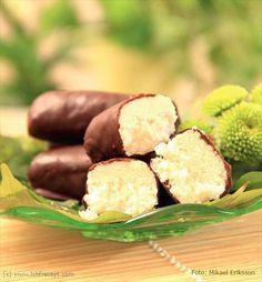 LCHF-Recept: Kokoschoklad (Bounty) bytte ut sukrin mot honung och tog 2 dl kokosgrädde/tjock kokosmjölk istället för grädde + kokosmjölk.