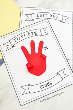 Printable First and Last Day of School Signs - Fun Handprint Art Fall Crafts, Crafts To Make, Crafts For Kids, Toddler Crafts, Autumn Activities For Kids, Craft Activities, The Kissing Hand, Last Day Of School, Sunday School