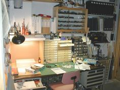Hobby Desk, Hobby Room, Artist Workspace, Workbench Ideas, Modeling Techniques, Display Cases, Workbenches, Work Spaces, Model Building