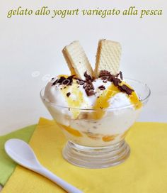 Gelato allo Yogurt variegato alla pesca, fresco e meno calorico dei classici gelati alla crema, ricetta con o senza gelatiera. Gelato allo yogurt ricetta