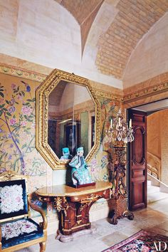 Valentino Garavani's Château de Wideville, chinoiserie wallpaper Valentino Garavani, Asian Interior, Chinoiserie Wallpaper, Modern Asian, Asian Decor, French Chateau, Architectural Digest, Home Furnishings, Paint Colors