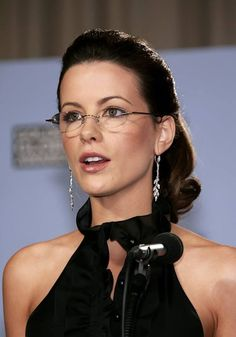 Kate Beckinsale studied French and Russian literature at Oxford University. Smith Young Writers' competition twice with short stories and poems. She is also fluent in four languages (English, German, Russian and French). Kate Beckinsale Hot, Kate Beckinsale Pictures, Vintage Bob, Image Beautiful, Beautiful Women, Beautiful People, Celebrities With Glasses, Celebrity Glasses, Wearing Glasses