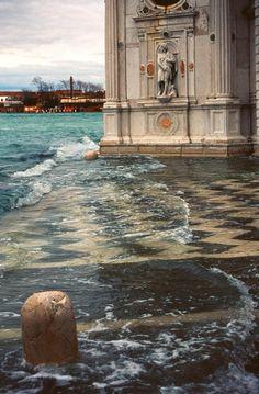 Isola San Michele, Venezia Acqua alta a Venezia. Flooding in Venice. http://www.homeinitaly.com