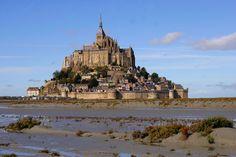 © Associated Press Le Mont Saint-Michel, Francia Es la atracción turística más visitada de Francia y se encuentra en una isla de Normandía.